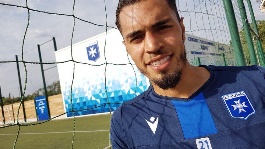 Hamza Sakhi, tout sourire d'être de retour à l'AJA après avoir été prêté six mois à Sochaux. Le joueur de 23 ans espère monter en Ligue 1 avec le club icaunais.
