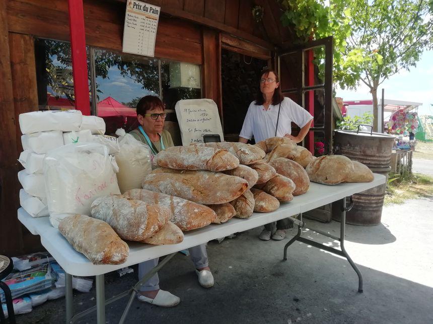 Des pains de 1 kilo sur un étal de fête