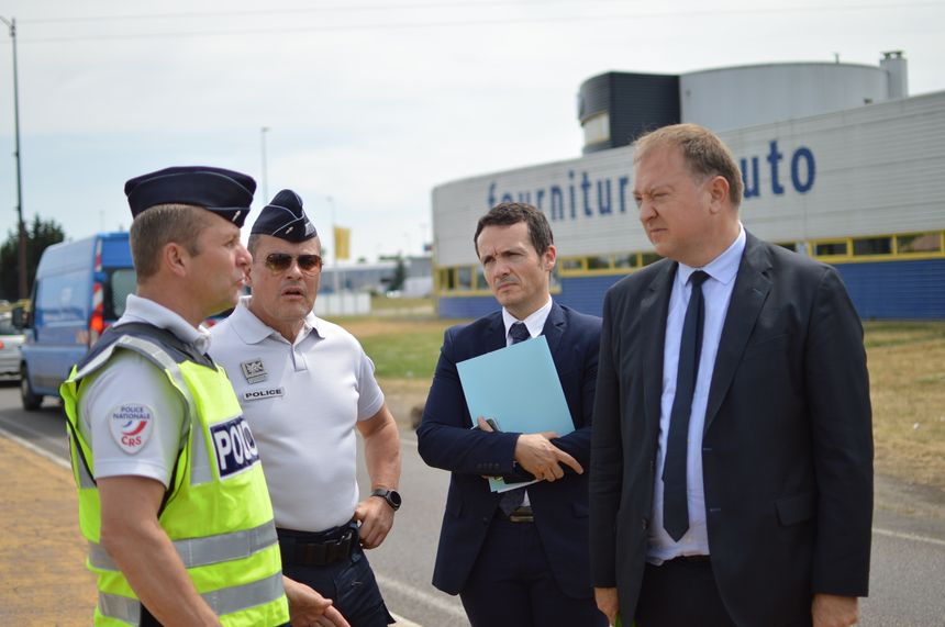 La police et le préfet Didier Martin lors d'une opération de contrôle à Talange, en Moselle.