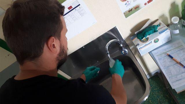 Prélèvement de l'eau du robinet de la cantine.