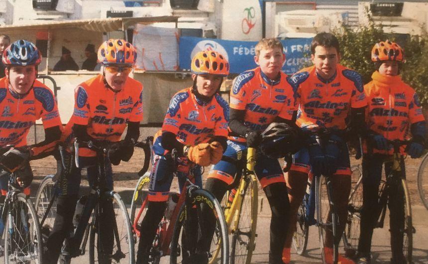 Julian (au centre) entouré de son équipe