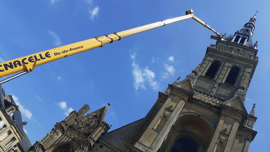 À 65 mètres de haut, des ouvriers réparent le toit du clocher de la basilique de Mézières