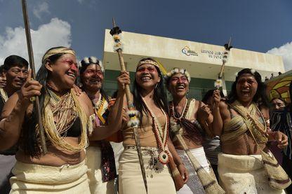 Le chef Waorani, Nemonte Nemquimo (au centre), célèbre sa victoire avec d'autres membres de sa tribu après qu'un tribunal se soit prononcé en leur faveur contre le gouvernement vendant leurs terres ancestrales.
