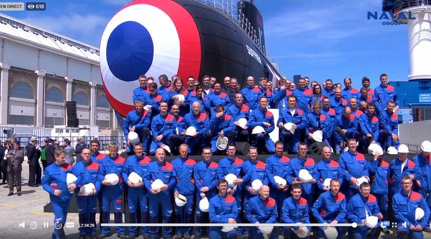 Photo de groupe devant le sous-marin.