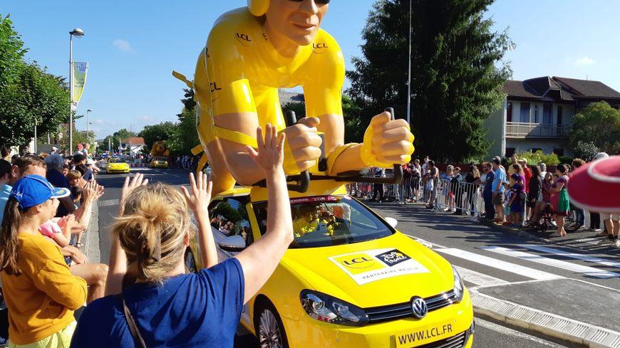 La caravane du Tour de France de passage à Gelos ce vendredi matin avant la 13e étape
