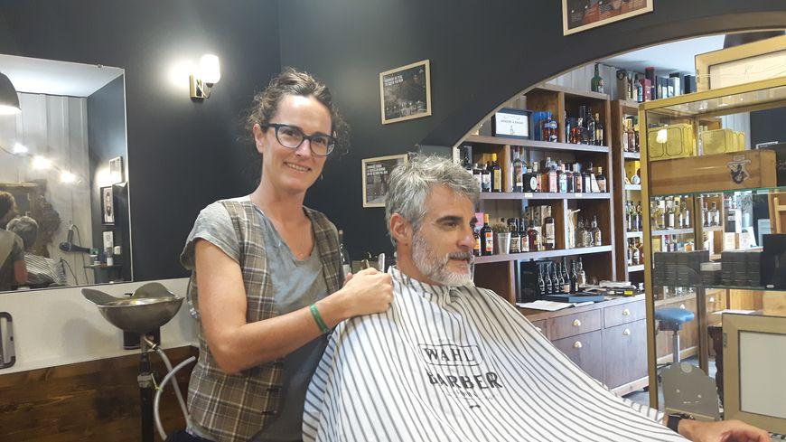 La barbière Jeanne Pillot dans son salon à Arcachon
