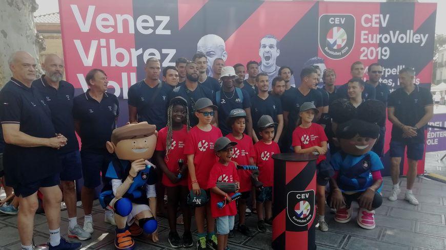 Les joueurs de l'équipe de France ont posé avec plusieurs jeunes supoporters