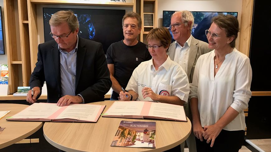 Signature d'une convention entre le conseil départemental et le comité de cyclotourisme de la Dordogne