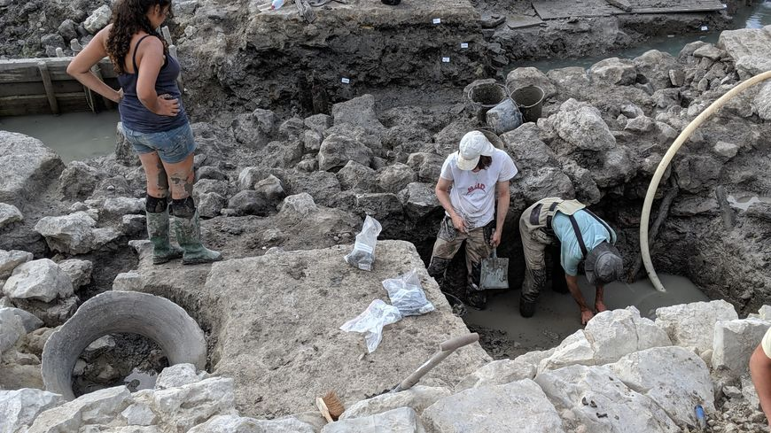 Même pour leur dernier jour, les archéologues travaillent d'arrache-pied autour du chenal, sur le site de Lattes.