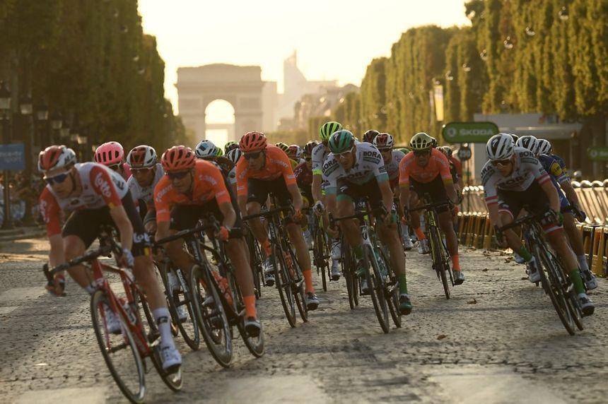 Le peloton sur les Champs-Elysées