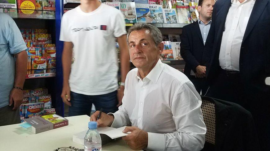 Nicolas Sarkozy Ovationne Et Hue Lors D Une Seance De Dedicaces A La Baule