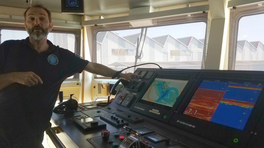 Le commandant du navire, Christian Péron supervise l'organisation de la vie commune, les ressources et la cuisine.