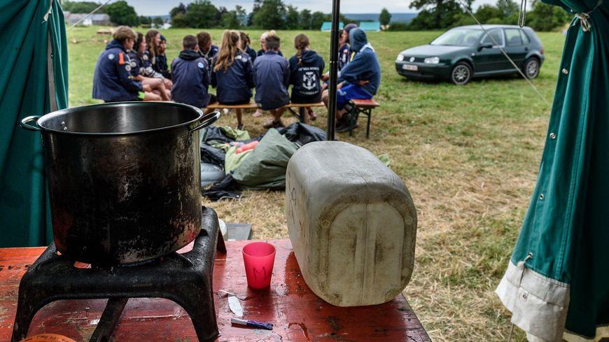 Des scouts prêts à passer à table, photo d'illustration