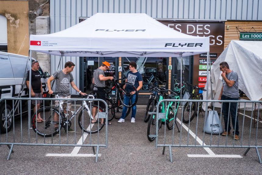 Un chapiteau monté devant le magasin de cycles de Matthieu Converset à Melisey, ancien cycliste qui courrait adolescent avec Thibaut Pinot, aujourd'hui reconverti.