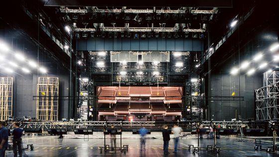 La salle de l'Opéra Bastille vue depuis les gigantesques espaces d'arrière-scène