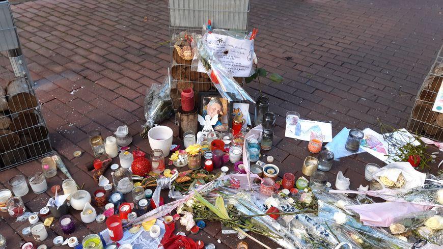 Le restaurant La Stub, rue du Saumon à Strasbourg (Bas-Rhin), devant lequel l'une des victimes de Chérif Chekatt, a été abattue. Un mois après l'attentat du 11/12/18, le mausolée pour les victimes.