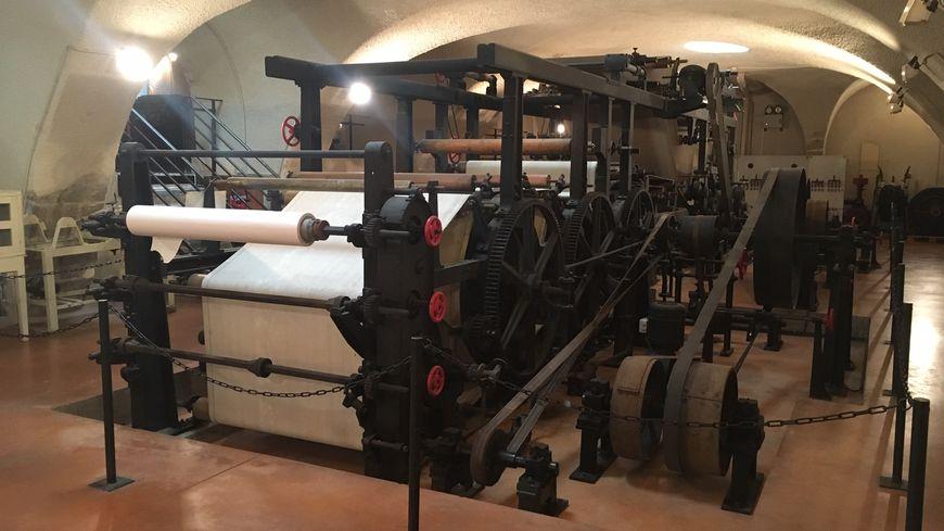 La machine à papier en continu date de 1900.
