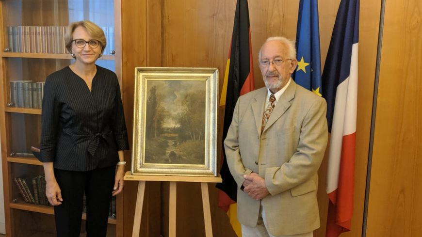 Peter Forner, et l'Ambassadrice de France en Allemagne, Anne-Marie Descôtes entourent le tableau de Nicolas Rousseau