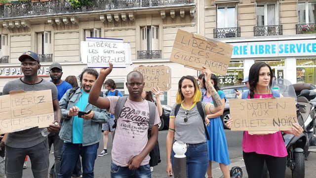 Une cinquantaine de personnes se sont réunies samedi à Paris pour réclamer la libération de sans-papiers conduits la veille en centre de rétention.