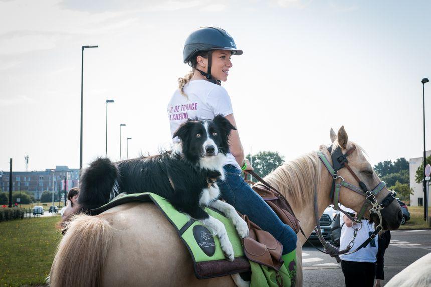 Dans chaque centre Aurélie utilise son cheval pour entamer le dialogue avec les patients