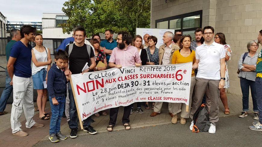 Des enseignants mobilisés ce lundi matin devant leur collège Vinci à Tours pour le maintien de 5 classes de 6ème à la rentrée prochaine