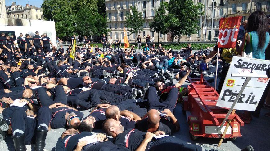 Les pompiers se sont allongés sur la place Pey-Berland en signe de protestation.