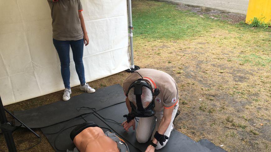 Un bénévole de la Croix-Rouge s'essaie lui-aussi aux gestes de premiers secours à l'aide de la réalité virtuelle.