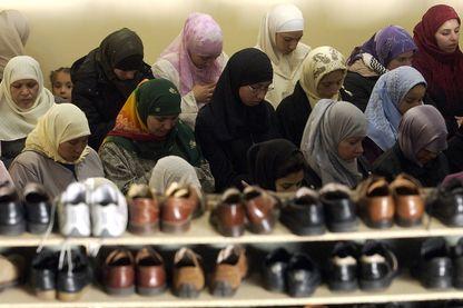 Prière des femmes pour la fin du ramadan, mosquée de Vandoeuvre (2003).