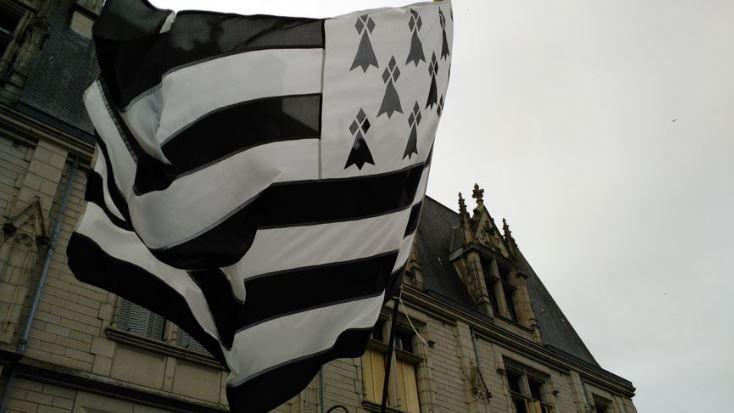 Le drapeau breton s'appelle le Gwenn ha du (blanc et noir)