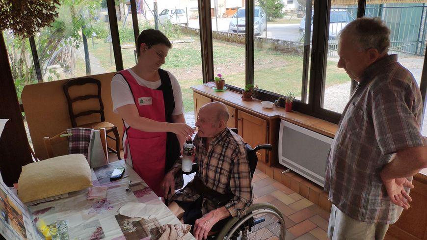 Ninon intervient pendant l'été chez Maxime, 99 ans, dans son fauteuil roulant.