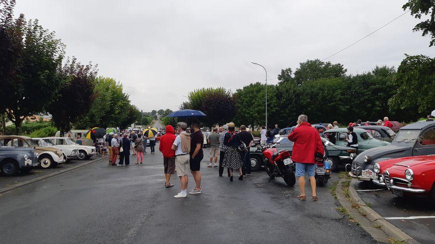 Les voitures sont prêtes à bouchonner, même sous la pluie.
