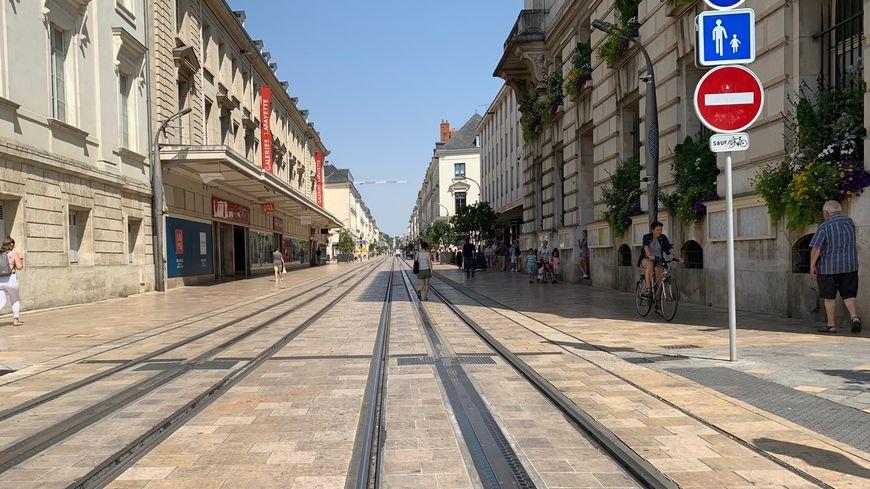 La rue nationale, à Tours, à 13H, le 25 juillet 2019. Les rares passants cherchent le moindre coin d'ombre