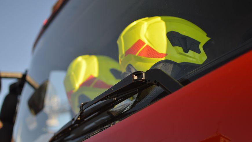 Casques à l'avant d'un camion de pompier (illustration).