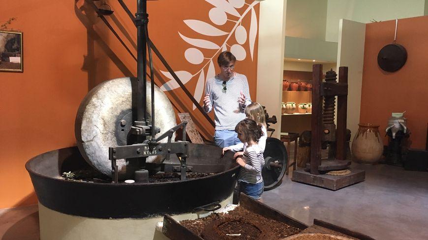 D'anciens outils et machines de production d'huile d'olive sont exposés.