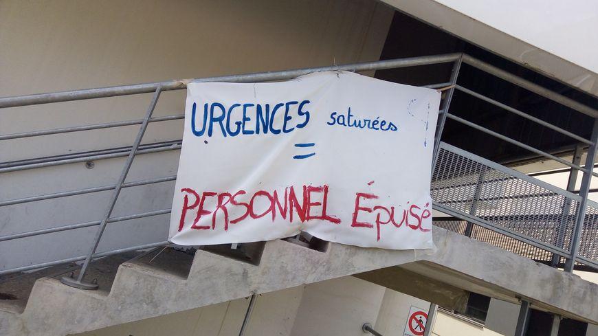 Banderole affichée devant l'entrée des urgences du CHU de Saint-Étienne