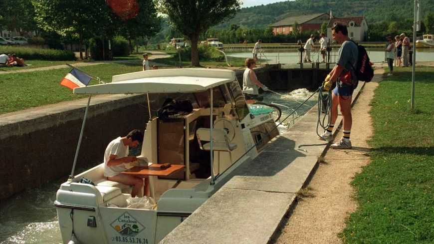 Sur le canal de Bourgogne (archives)