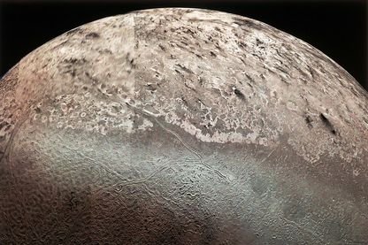 Vue partielle de Triton, lune de Neptune, prise par Voyager 2 le 25 août 1989