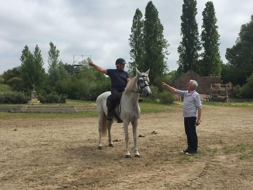 Eric Le Collen, le metteur en scène, règle des détails avec Franck Reyne, le directeur équestre (à cheval).