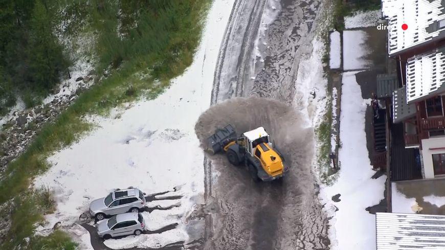 La course a été arrêtée car la route était impraticable au niveau de Val d'Isère, à quelques kilomètres de l'arrivée de cette 19e étape.