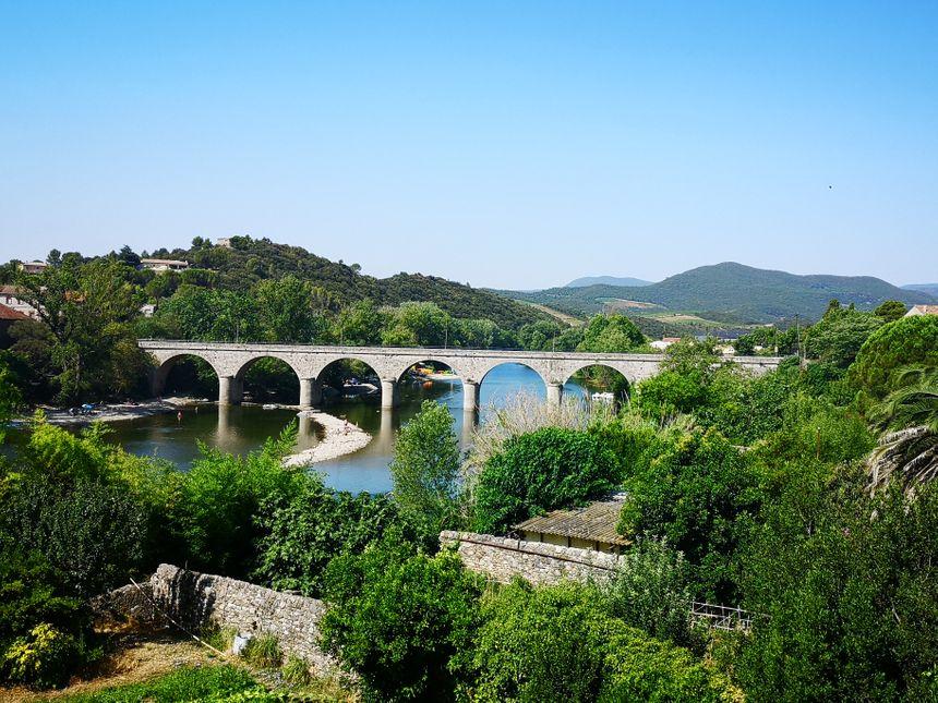 """Le pont qui enjambe le fleuve """"L'Orb"""" à Roquebrun (Hérault) - Radio France"""
