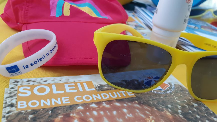 Les lunettes de soleil, le chapeau et la crème solaire sont les éléments essentiels en cas d'exposition au soleil.