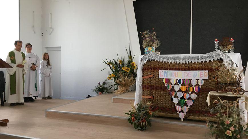 La messe des Nations est célébrée sur un autel composé d'une nacelle et d'un drap de messe.