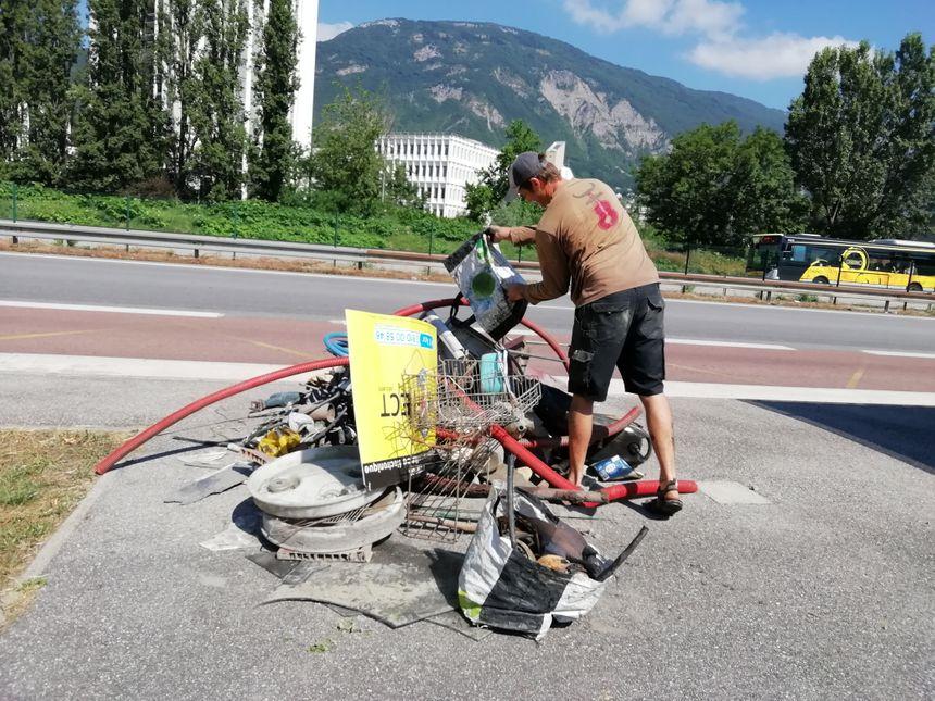 Les petits monticules d'ordures visent à attirer le regard, souvent médusé, des passants