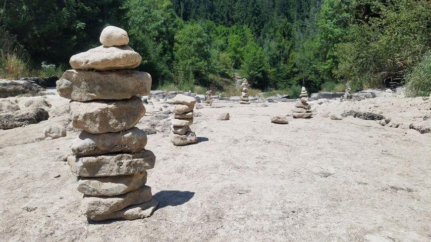 Les cairns font leur retour dans le lit du Doubs, symbole de la sécheresse.