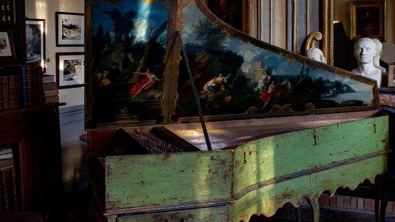 Clavecin vert avec une peinture figurative, sur lequel Scott Ross a enregistré une partie de l'intégrale des sonates de Scarlatti au château d'Assas.