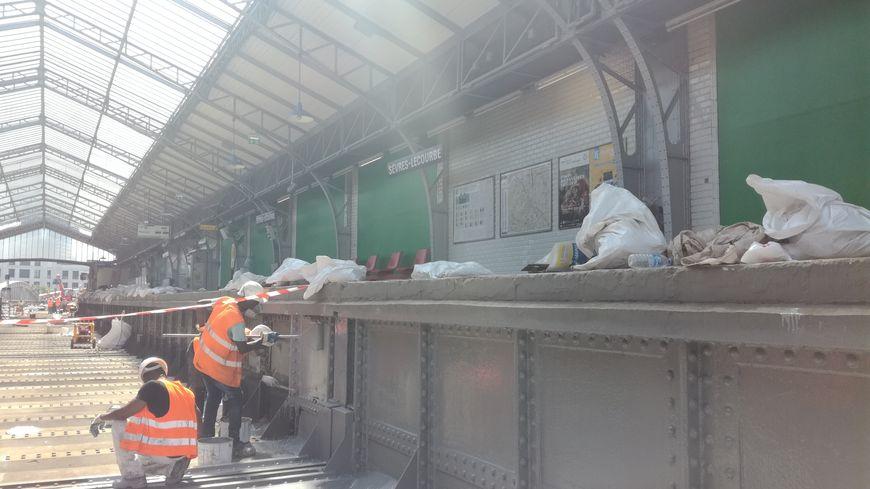 Depuis le 1er juillet, les ouvriers s'activent pour rénover la ligne 6 car tous les travaux doivent être finis pour le 2 septembre. Les travaux concernent principalement l'étanchéité des voies.