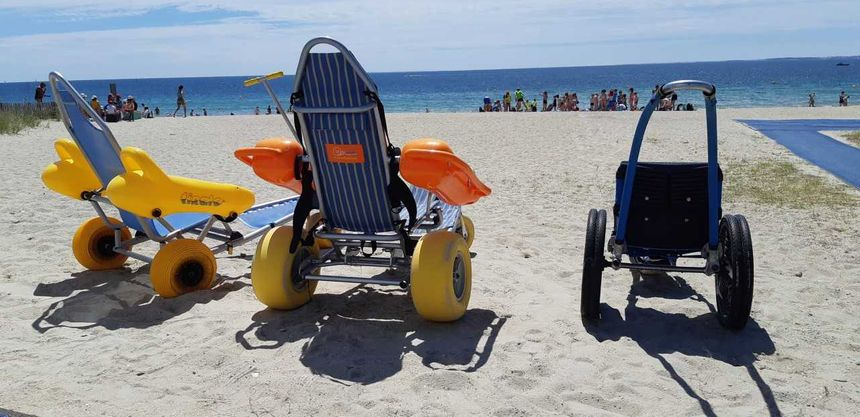 Les fauteuils Tiralo et Hippocampe sur la plage de Carnac - Radio France