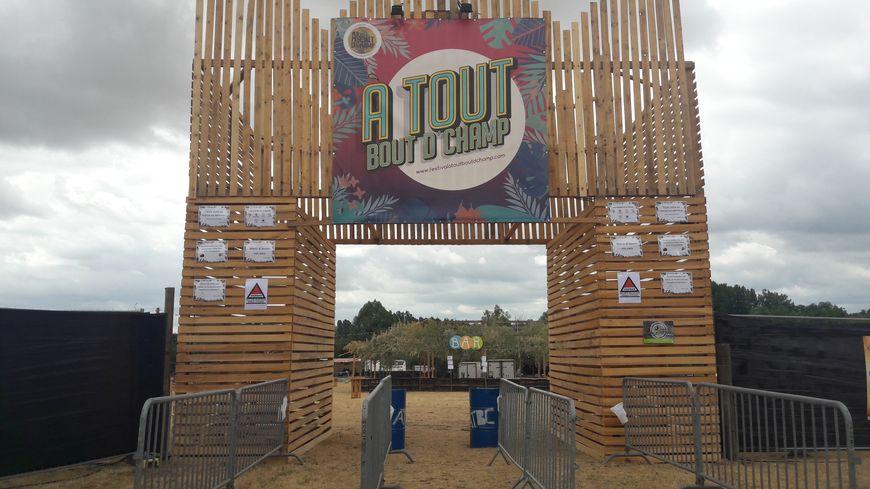 A l'entrée du festival, une grande arche en palettes accueille les visiteurs. Elle a été entièrement fabriquée par les bénévoles.