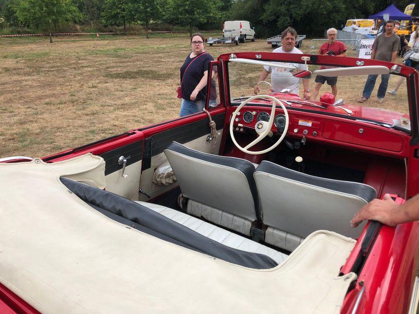 De l'extérieur et du dessus, la voiture de Christophe ressemble à une voiture classique.
