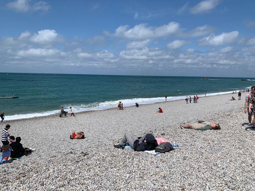 Des touristes sur la plage.